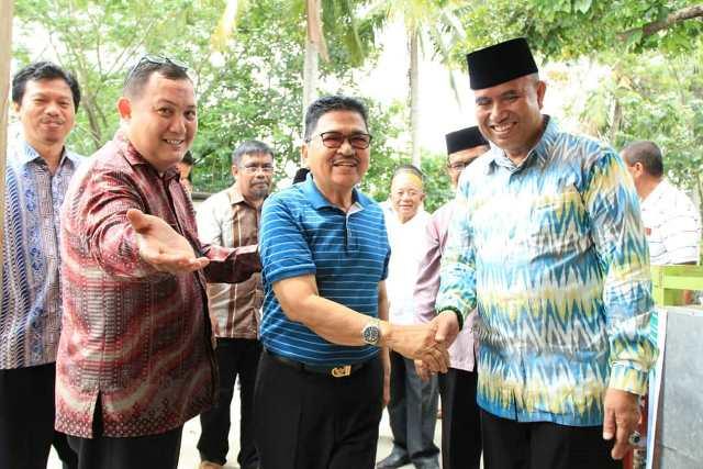 Ketua Umum KKBS, H. Hafid Pasiangan menjemput Walikota Palopo, HM Judas Amir saat tiba di Pantai Labombo.