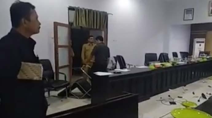 ondisi ruang rapat DPRD Bombana yang berantakan usai kericuhan saat rapat, Senin (7/1/2019) siang.