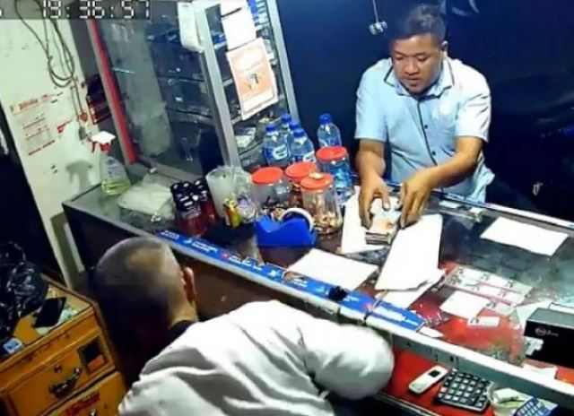 Pelaku terekam CCTV saat menghipnotis Basri, pensiunan TNI AD di kiosnya, di Jalan We Cudai, Kelurahan Dangerakko, Kecamatan Wara, Kota Palopo.