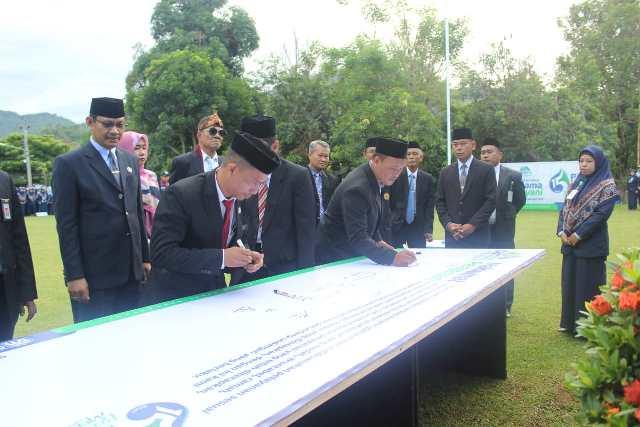 Manejer Hublah PAM TM Palopo, Musnakir Muis ikut menandatangani Maklumat Pelayanan bersama direksi, dewan pengawas, dan seluruh karyawan PAM TM Palopo, belum lama ini.