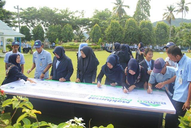 Karyawan PAM TM Palopo ikut menandatangani Maklumat Pelayanan.