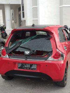 Salah satu mobil milik PNS Pemkot Palopo rusak kaca bagian belakang terkena lemparan batu, dalam areal kantor Walikota Palopo.