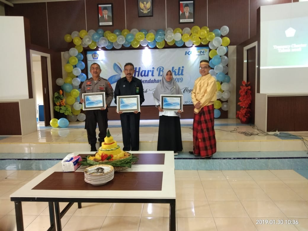 Sekretaris KPU Luwu Utara, Andi Kasmawati menerima penghargaan dari KPPN