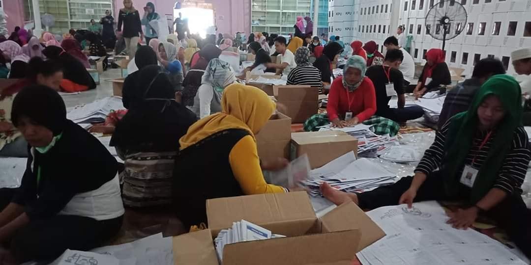 Suasana sortir surat suara di gudang KPU Luwu Utara
