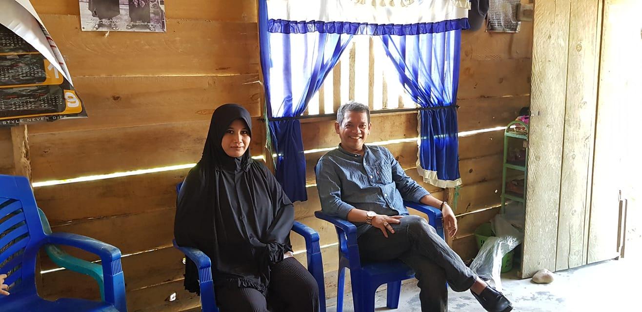 Ronny Abbas, tokoh masyarakat Luwu Utara yang juga pengusaha asal Luwu Utara ini, menyambangi kediaman Hafizah di Kambisa, Baku-Baku, Malangke, Jumat (1/2/2019), hari ini. Ronny Abbas menemui keluarga Hafizah untuk memberikan support dan bersilaturahmi.