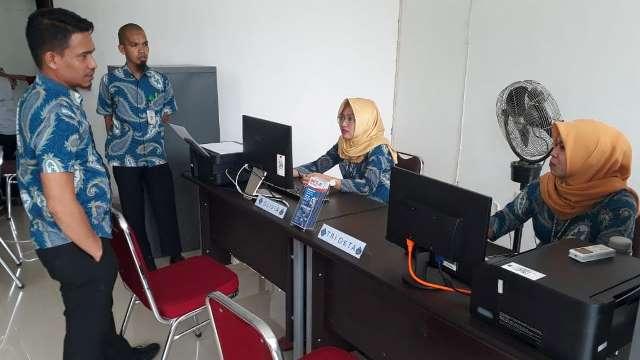 Manager Hublang PAM TM Palopo, Musnakir Muis saat melakukan peninjauan di unit layanan PAM TM yang berada di MPP yang didampingi Kasubag Humas PAM TM Wiwien S. Toni.