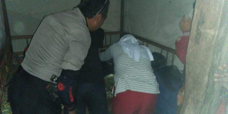 Petugas Polsek Bastem saat mengunjungi rumah korban.