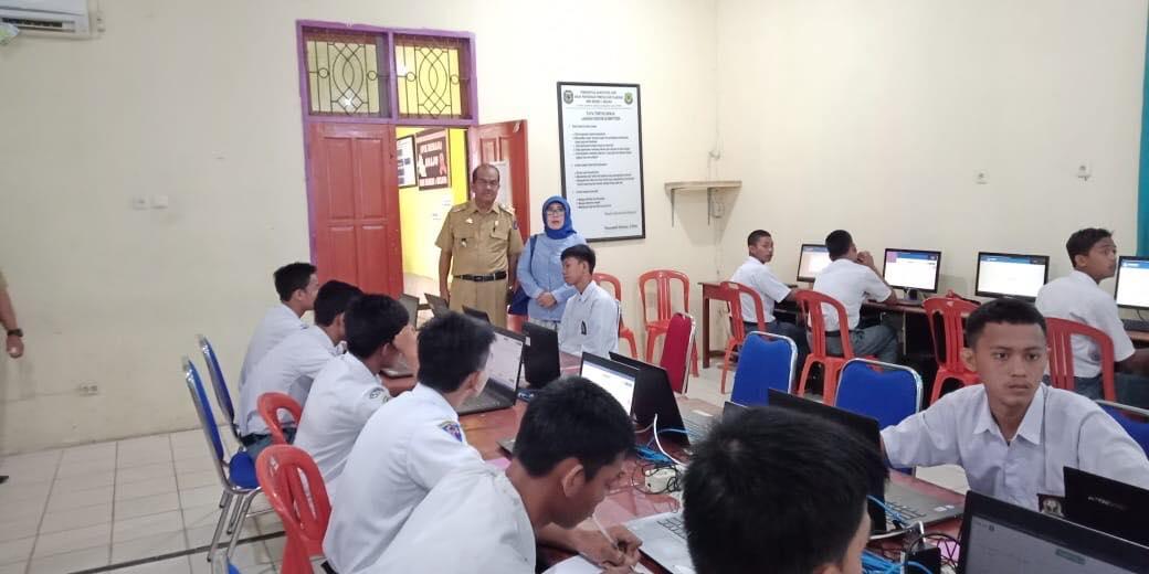 Anggota DPRD Sulsel, Fadriaty AS saat memantau UNBK di Luwu