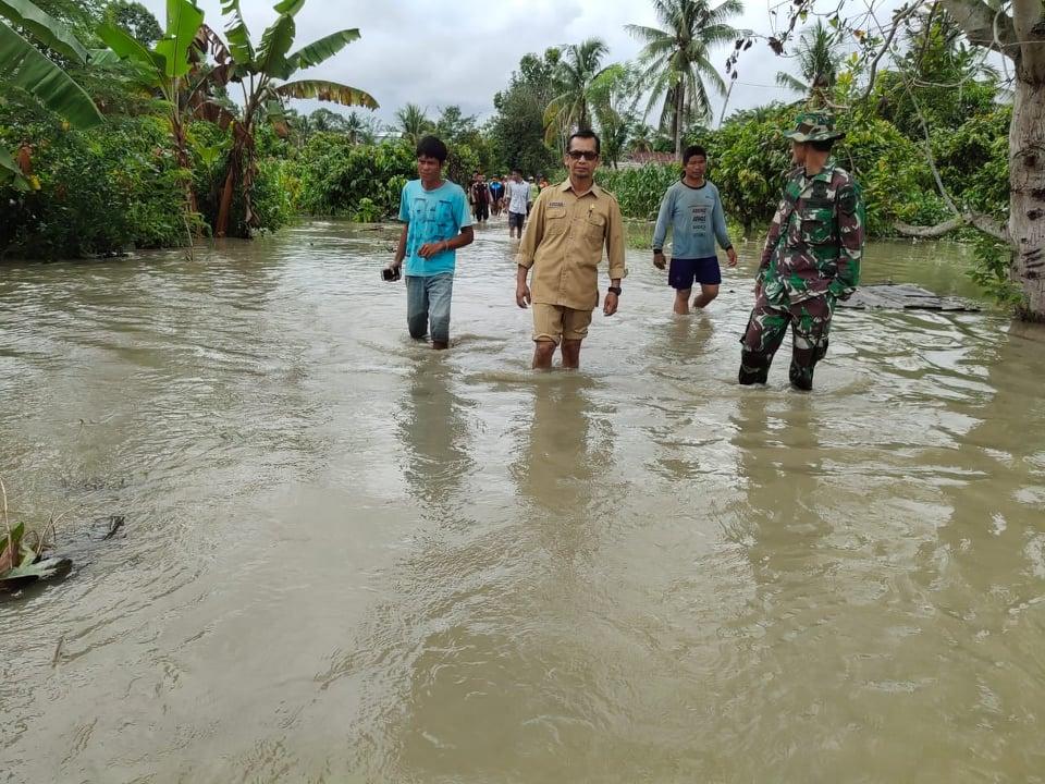 Kepala BPBD Luwu Utara, Alauddin Sukri mengunjungi salah satu desa yang dilanda banjir.