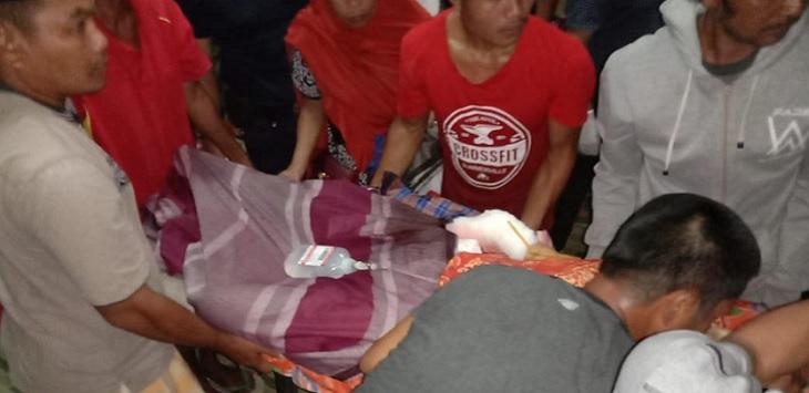 -Pembunuhan sadis terjadi di Desa Abbanderang, Kecamatan Pitumpanua, Siwa, Kabupaten Wajo, Sulawesi Selatan. Wahid (58) dan istrinya Nawiah (56), warga setempat, tewas setelah ditebas parang oleh tetangganya sendiri. Tak hanya itu, cucu korban, Andini (17) kondisinya kritis.