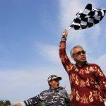 Husler Lepas Peserta Lomba Dayung Perahu Naga