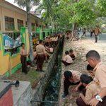 Peringati Hari Bersih Sedunia, Siswa SMPN 1 Palopo Bersihkan Lingkungan Sekolah