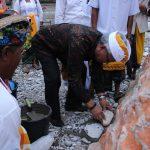 Pembangunan Pura Tri Karma Yoga Dilanjutkan, Bupati Lutim Sumbang 100 Semen