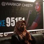 Bersama Anak Dekker, Ibunda Ainun Nobar di Warkop Chisty