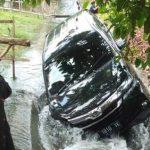 Mobil Nyemplung Masuk Pengairan, Karena Volume di Headset Saat Nyetir Kegedean?