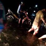 Jalan Trans Sulawesi Diblokade Pendemo, Pengendara Motor Nekad Lewat Sungai, Intip Videonya!