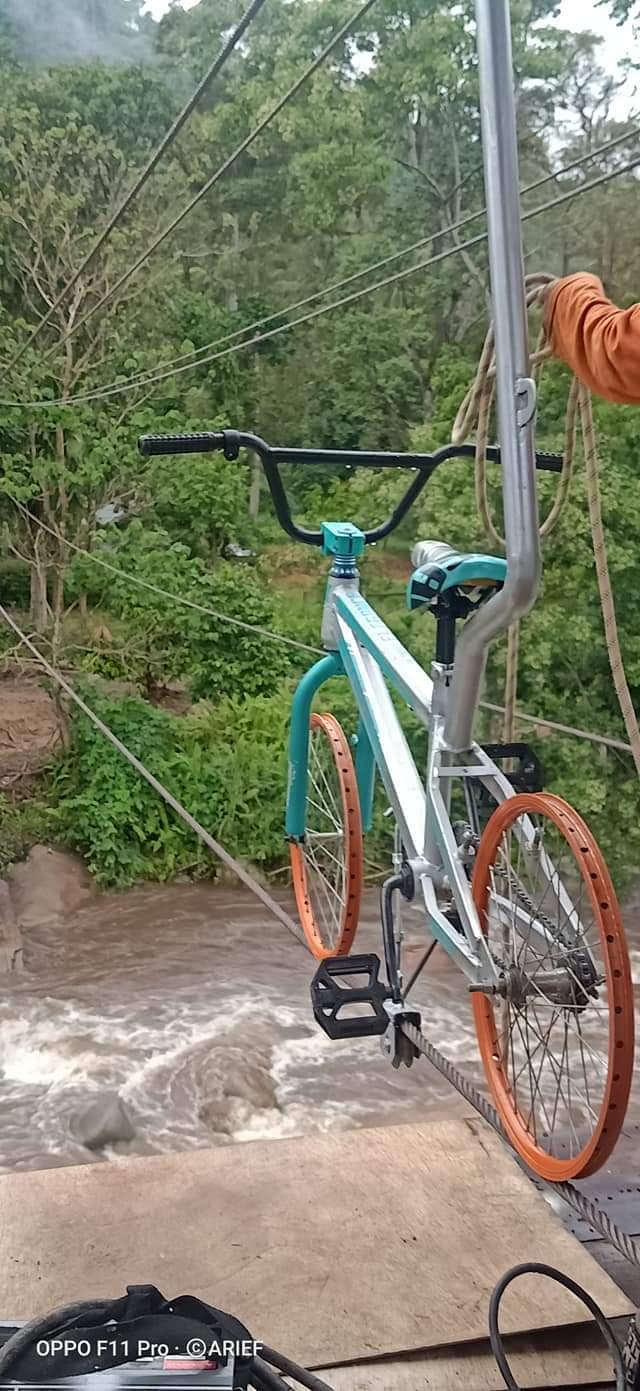 Sepeda gantung di permandian alam batupapan