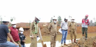 Bupati Luwu Timur, H. Budiman saat meninjau lokasi pengelolan limbah PT. CLM